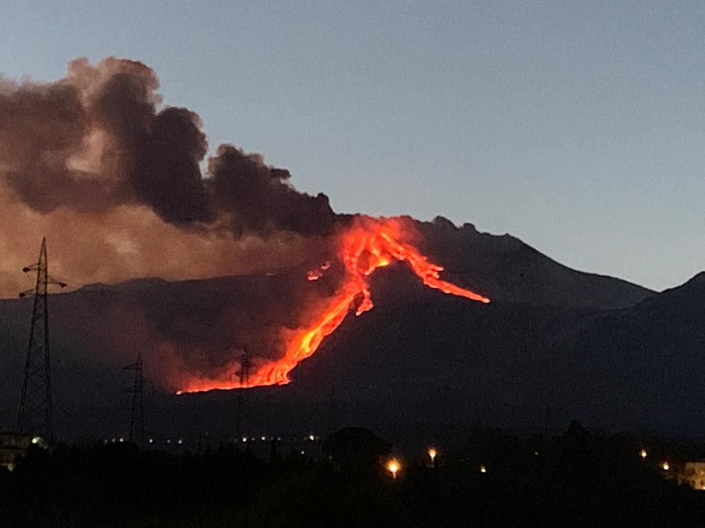 The lava flow into Valle del Bove (image: Sara Raciti)