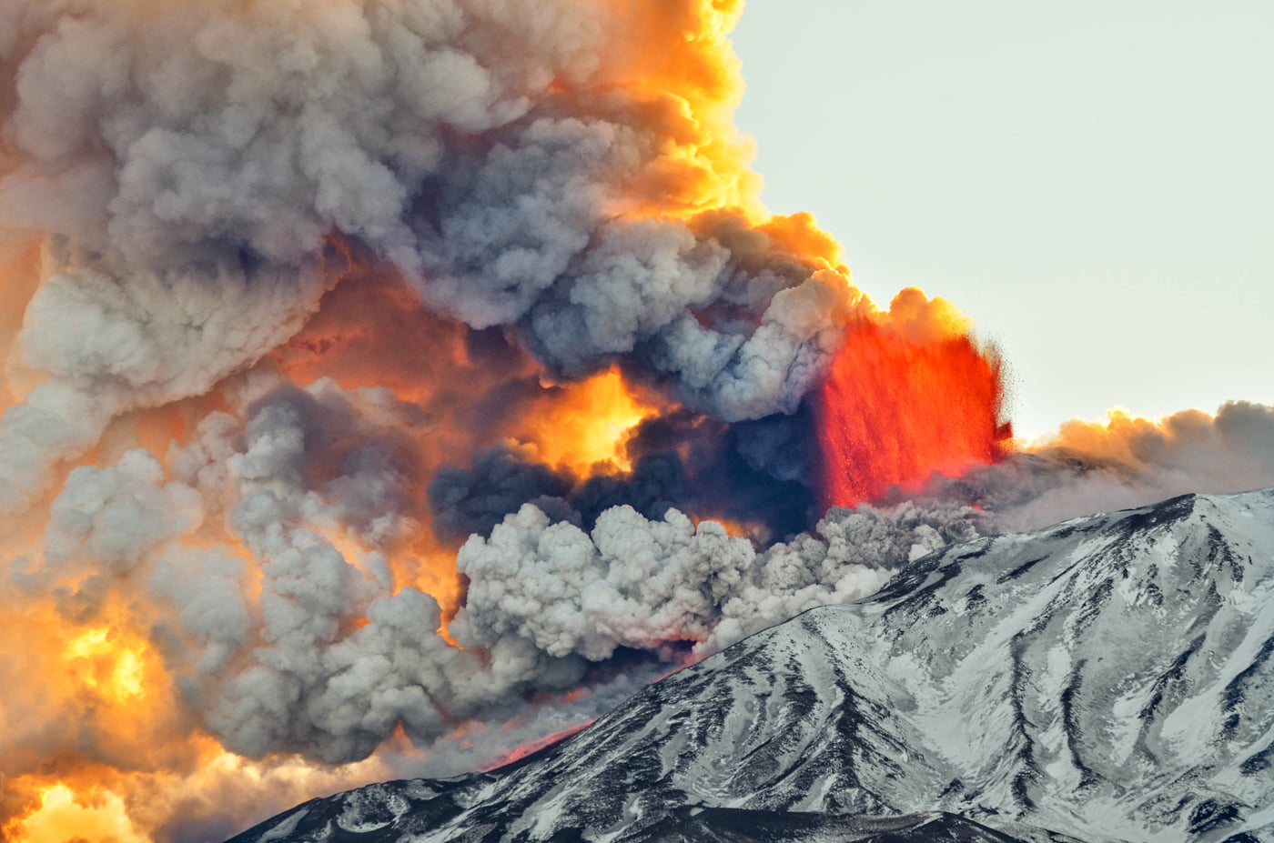 Lava fountain during Etna's paroxysm this afternoon (image: Massimo Lo Giudice / facebook)