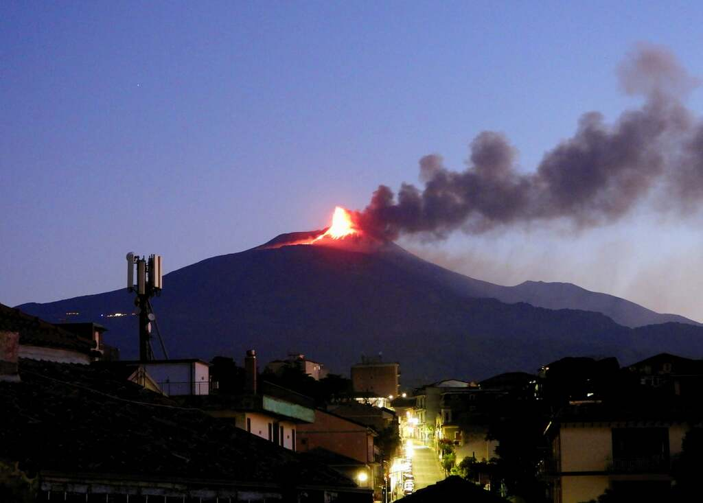 The eruption of Etna seen early this morning (image: Boris Behncke / facebook)