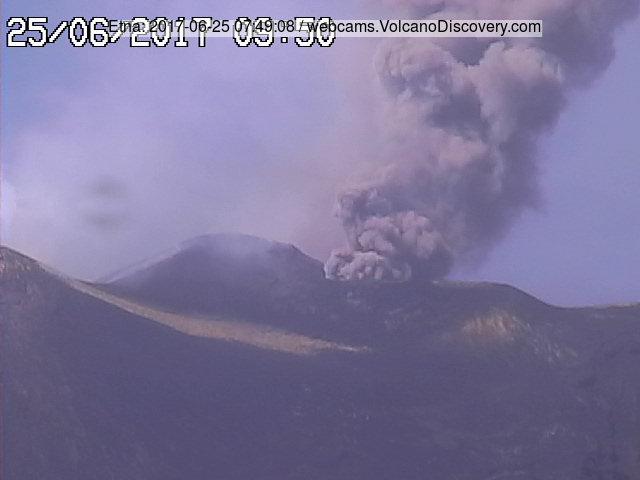 Stronger ash emission yesterday morning (image: RadioStudio7)