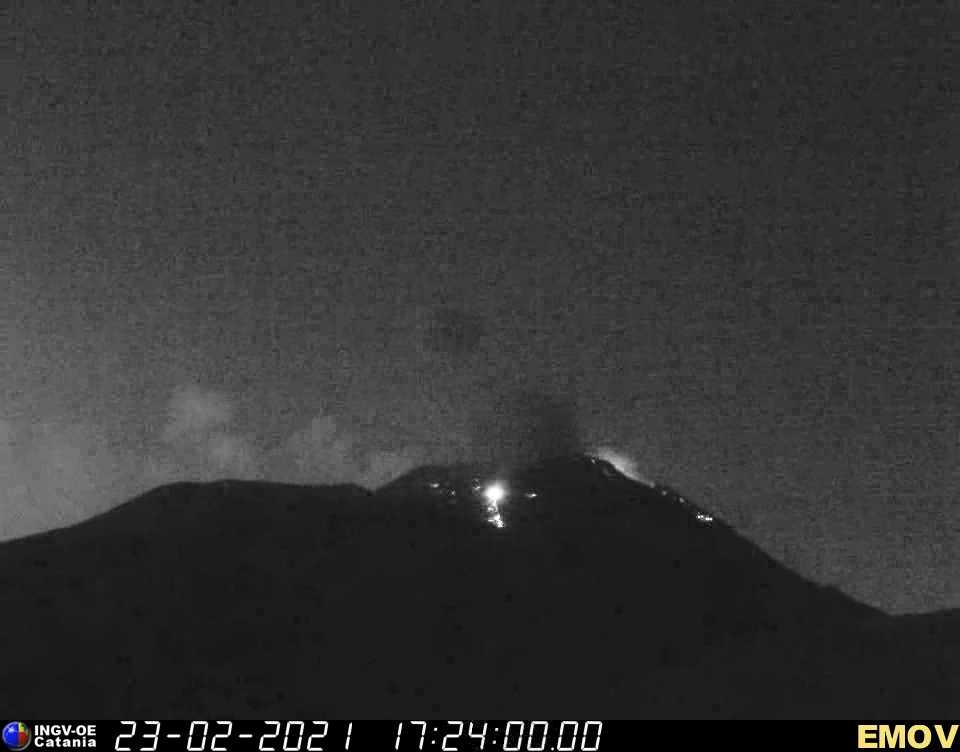 Mild strombolian activity early this morning at Etna's New SE crater
