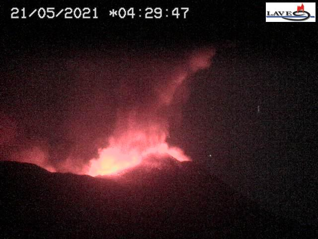 The eruption seen from the Sciena dell'Asino - only the summit and western vents were involved (LAVE webcam)