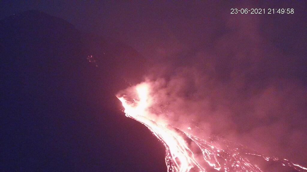 Lava flows from the new effusive vents after the evening paroxysm (image: LAVE webcam)