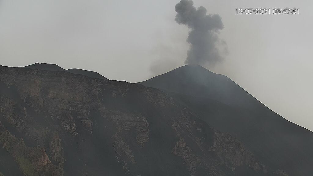 Ash emission from Etna's New SE crater this morning (image: LAVE webcam)