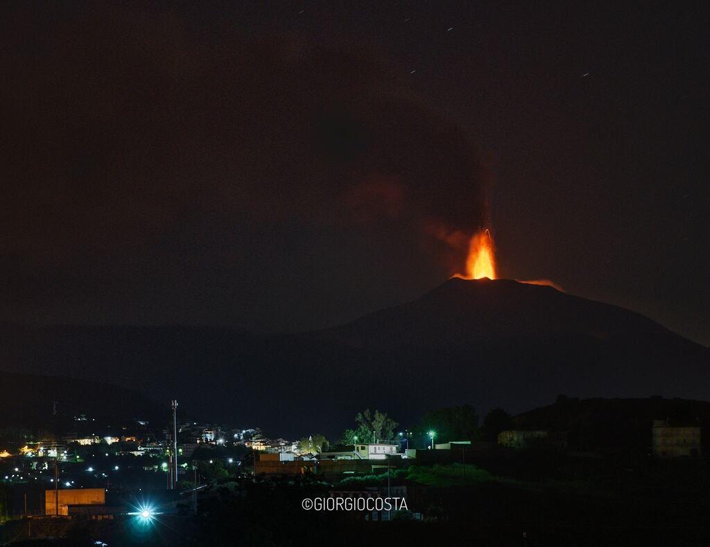 Lava fountain at Etna early this morning (image: Giorgio Costa / faceebook)