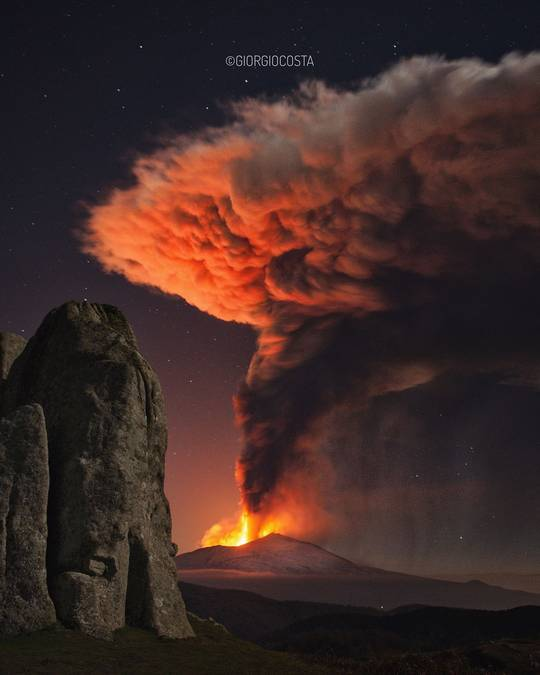 Tall lava fountains more than 1000 m high and spectacular eruption column from last night's paroxysm on Etna (image: Giorgio Costa / facebook)