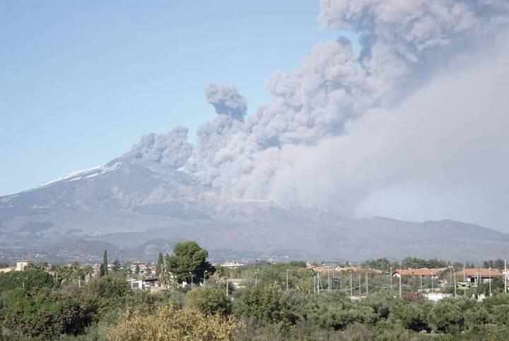 Ash emissions on 24 Dec 2018 around noon (image: Emanuela Carone / VolcanoDiscovery Italy)