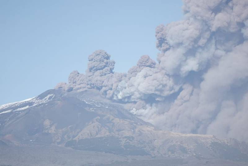 Ash emissions from Etna's New SE crater on 24 Dec 2018 around noon (image: Emanuela Carone / VolcanoDiscovery Italy)