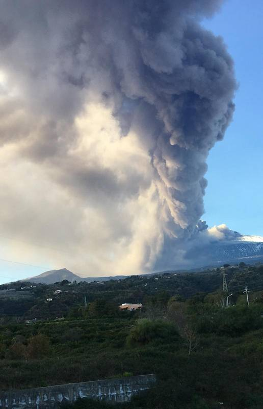 An impression from what it looked like yesterday when Barbara, a friend of ours from Stromboli, was en route from Catania to Milazzo, passing the ash plume (image: Barbara Engele)