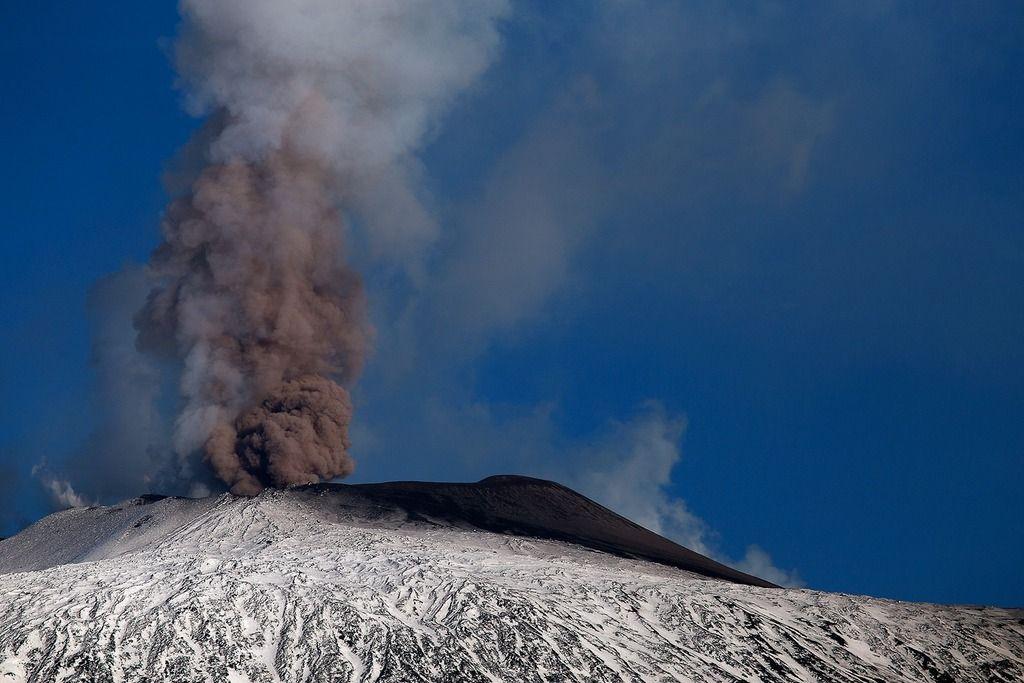 Ash emissions from Etna volcano yesterday (image: Emanuela Carone / VolcanoDiscovery Italia)