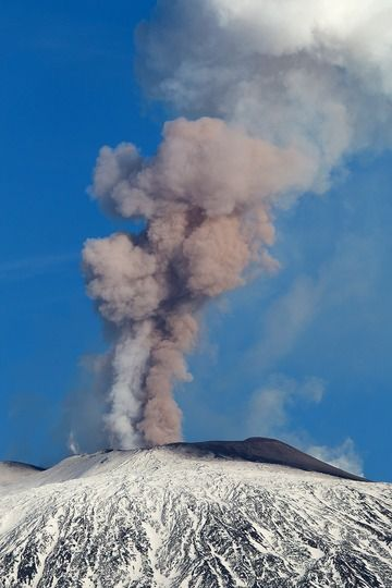 Steam and ash emissions from Etna volcano yesterday (image: Emanuela Carone / VolcanoDiscovery Italia)