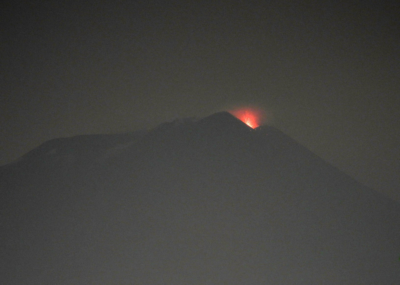 Weak strombolian eruption at Etna's New SE crater last evening (image: Boris Behncke / facebook.com/boris.behncke)