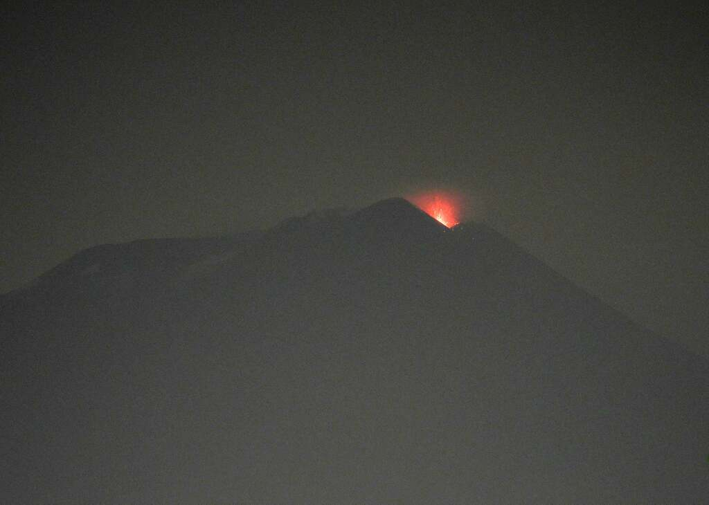 Weak strombolian eruption at Etna's New SE crater last evening (image: Boris Behncke / facebook.com/boris.behncke)