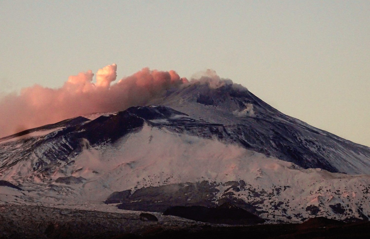 Ash emissions from Etna volcano yesterday (image: Boris Behncke / facebook)