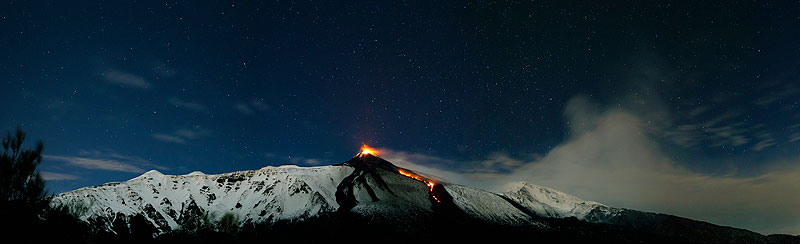 View of strombolian activity and the lava flow from Etna's NSEC last evening (photo: Emanuela / VolcanoDiscovery Italia)