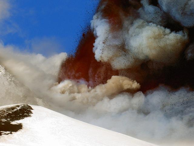 Lava fountains during the paroxysm (Photo: Boris Behncke)