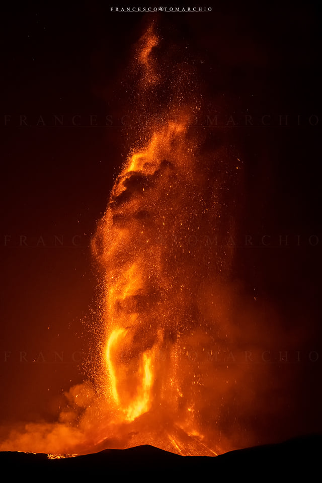 Lava fountain over 1000 m tall at Etna's New SE crater last night (image: Francesco Tomarchio / facebook)