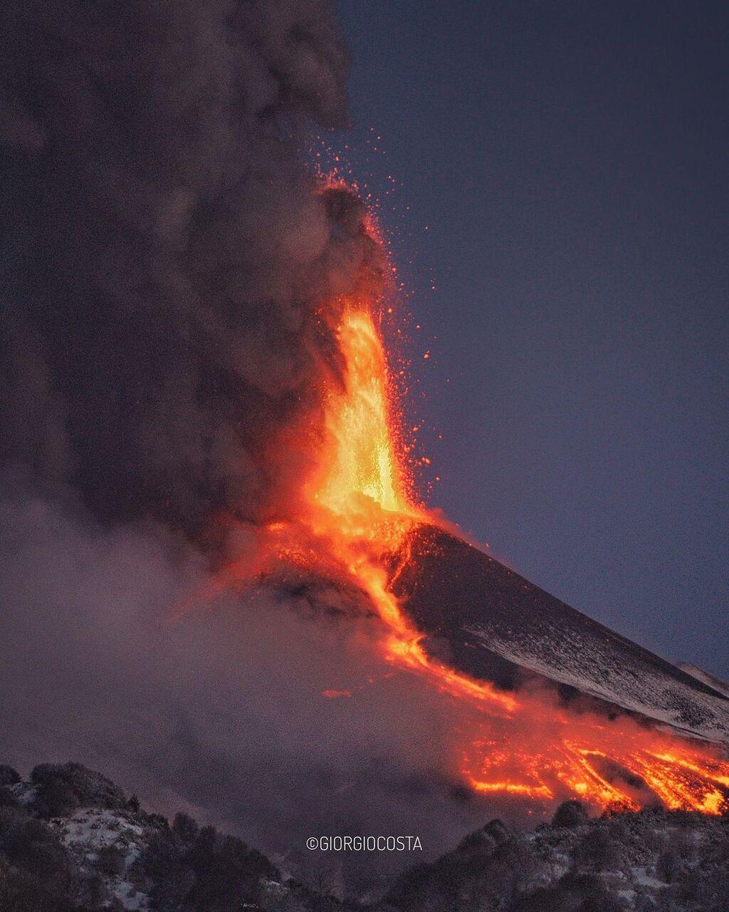 Lava fountain during the peak of the lastest paroxysm at Etna's New SE crater (image: Giorgio Costa / facebook)