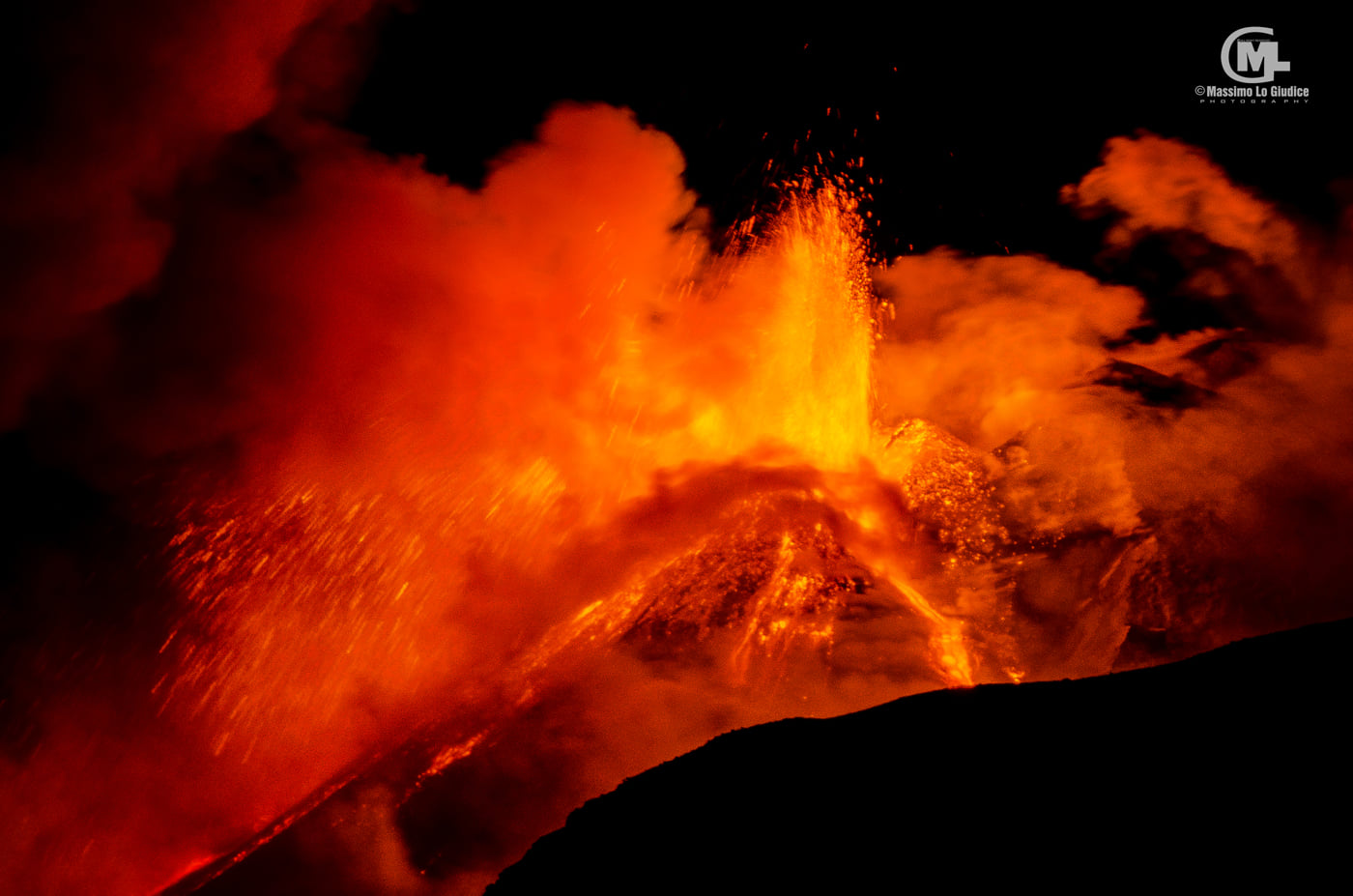 Lava fountain from Etna's New SE crater last night (image: Massimo Lo Giudice / facebook)