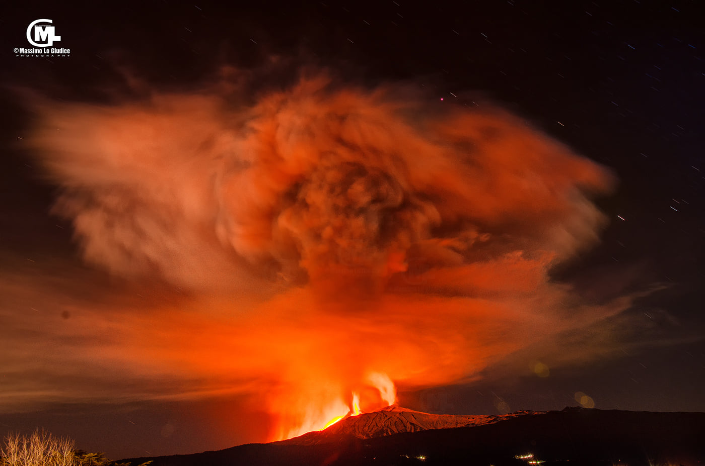 View of the eruption at night with its impressive umbrella cloud (image: Massiimo Lo Giudice / facebook)
