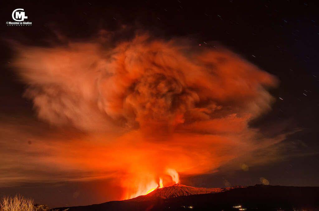 View of the eruption at night with its impressive umbrella cloud (image: Massiimo Lo Giudice / facebook)