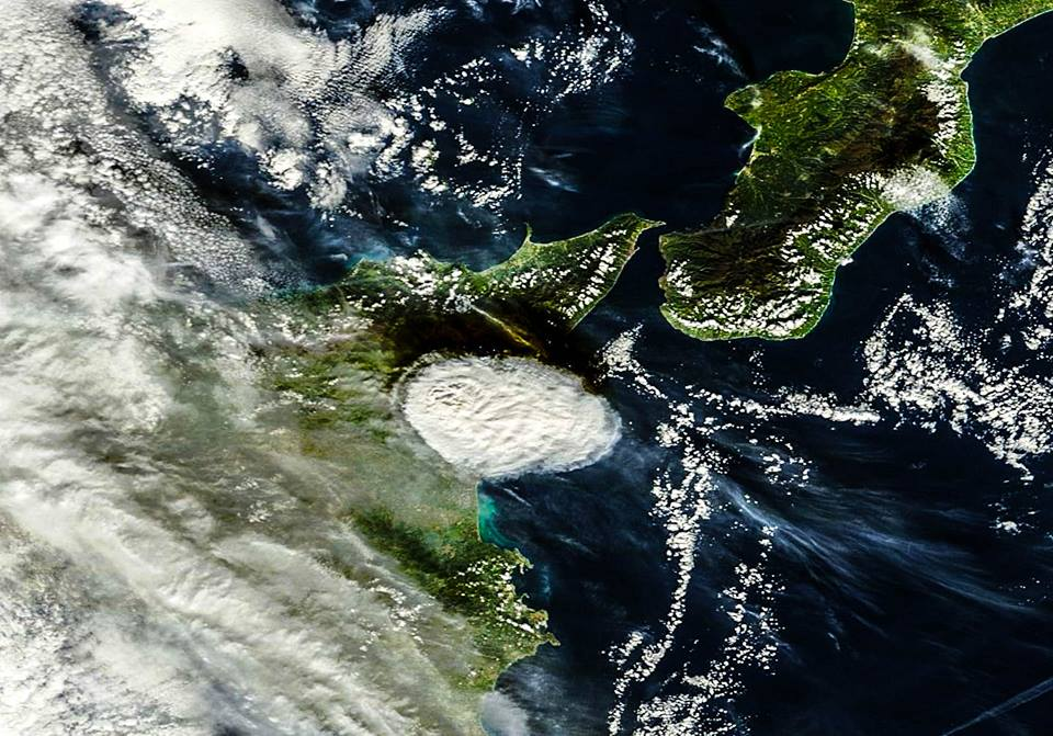 The plume seen from space (MODIS / NASA)