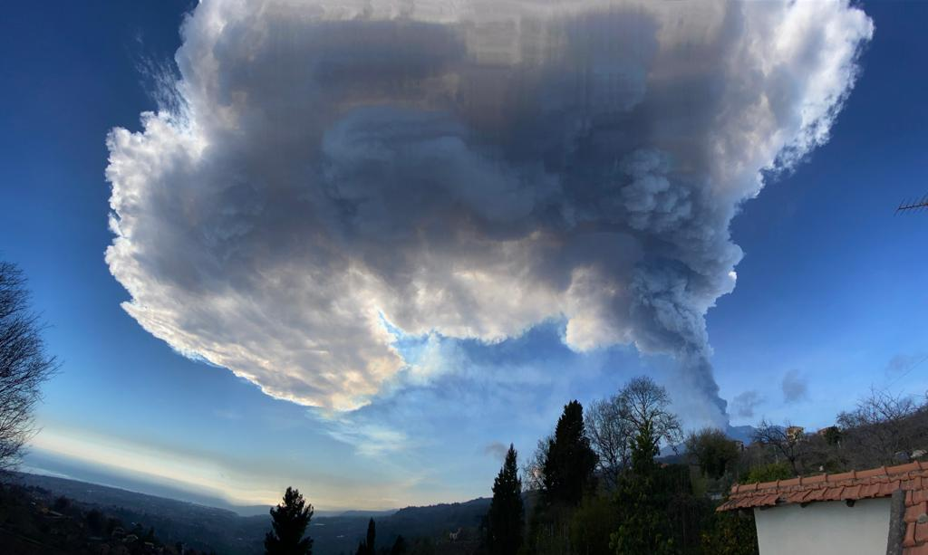 The eruption plume from this morning's paroxysm of Etna (image: Sara Raciti)