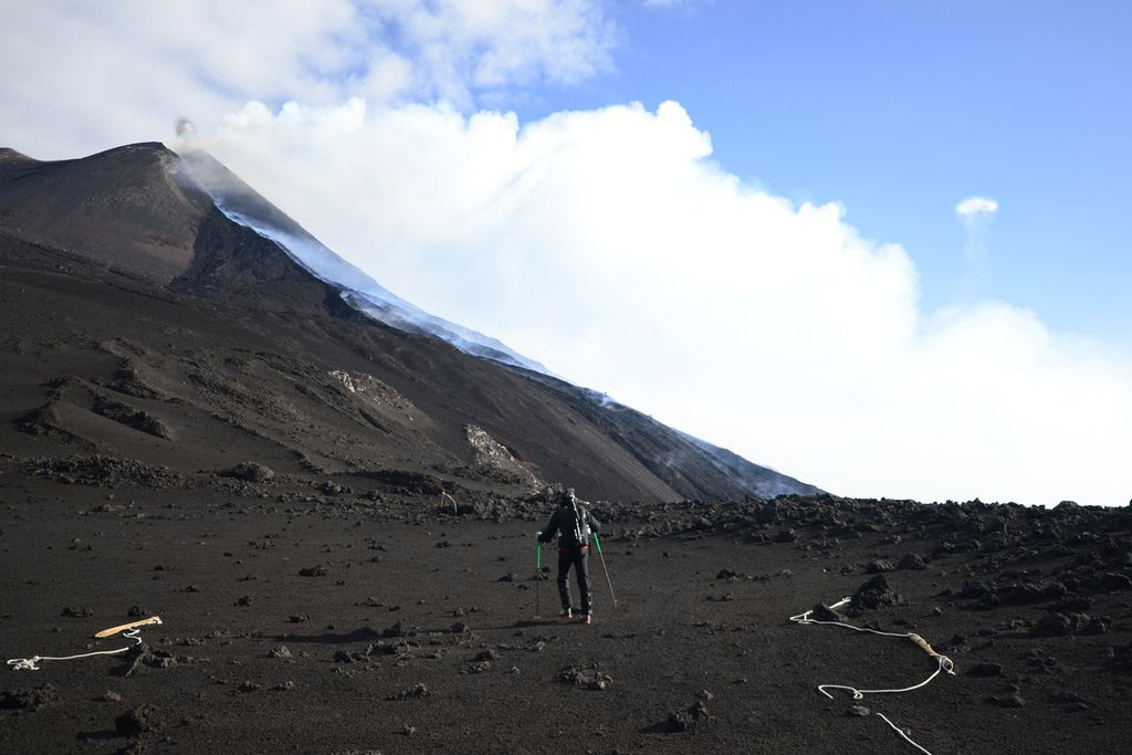 The lava flows from Etna's New SE crater this morning (photo: Marco Fulle)