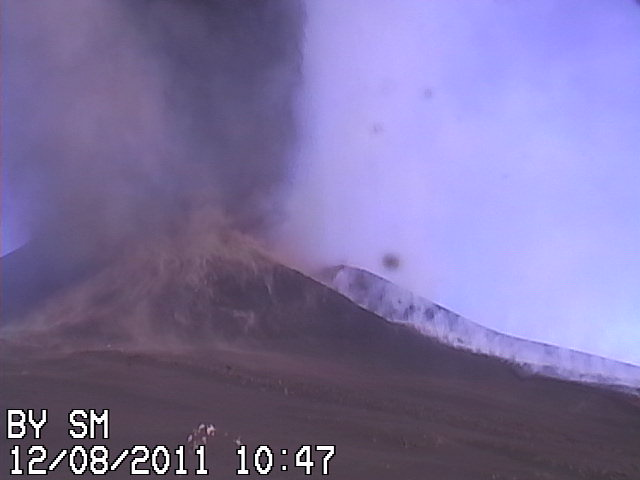 Beginning lava fountains at Etna (RadioStudio7 webcam)