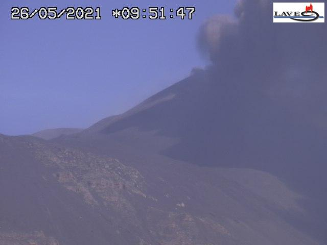 Lava fountain from Etna's New SE crater this morning (image: INGV webcam on Montagnola)