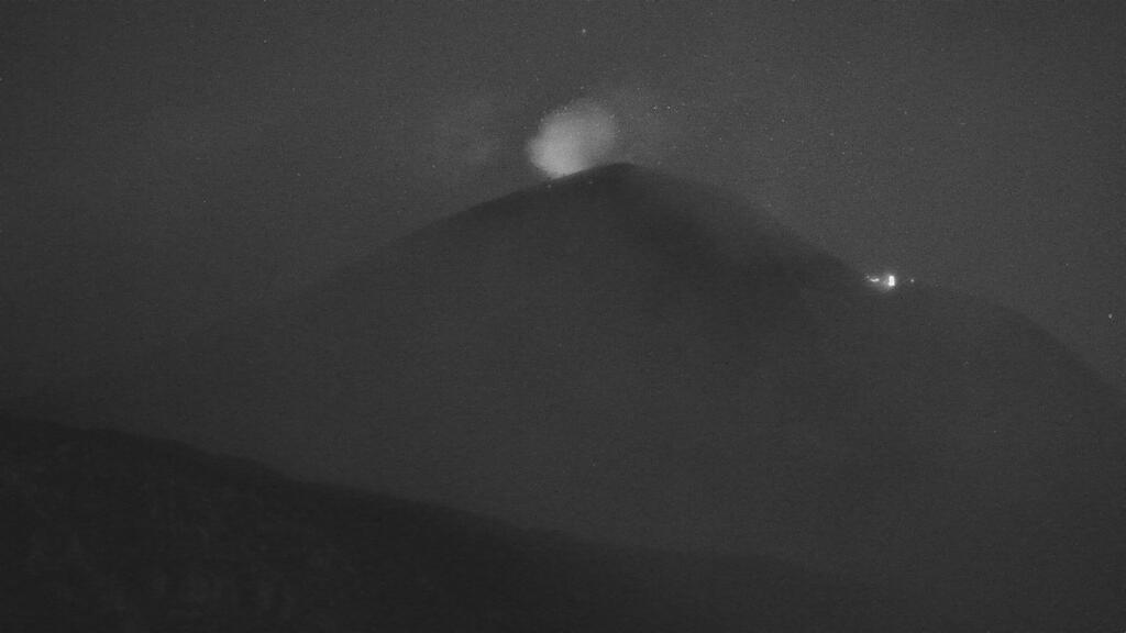 Glow from the New SE crater early this morning (image: LAVE webcam)