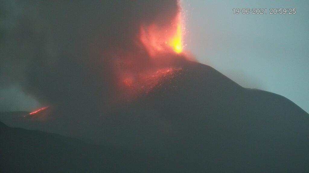 Lava fountain from Satuday evening's paroxysm at Etna's New SE crater (image: LAVE webcam)