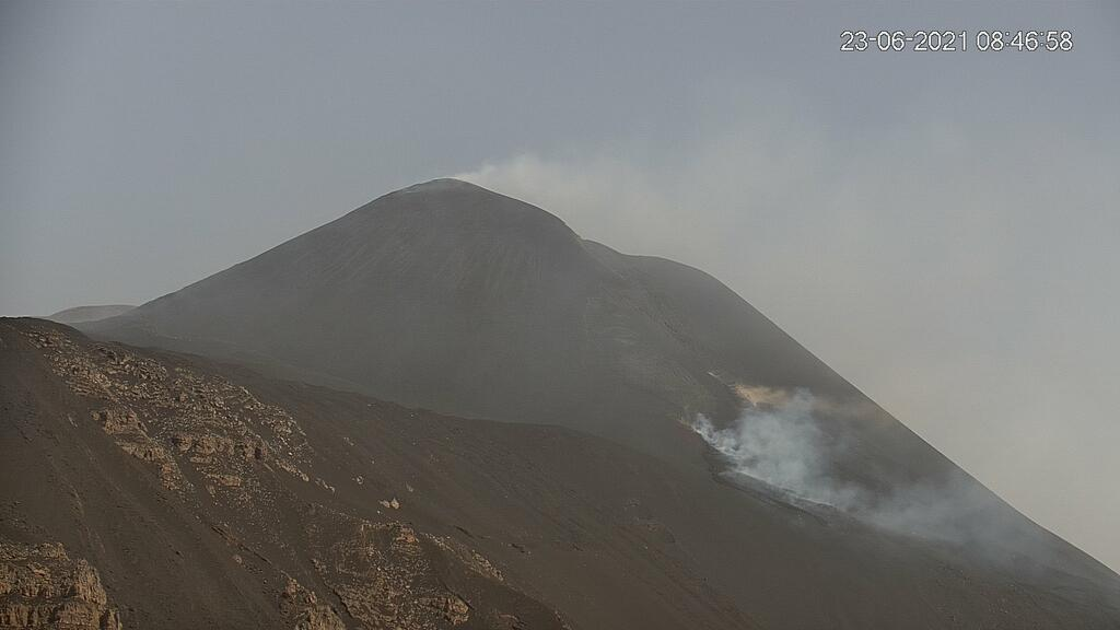 Lava flows from the new effusive vents yesterday morning (image: LAVE webcam)