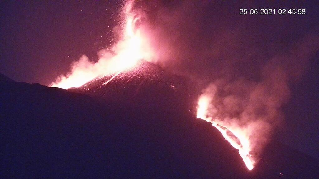 Lava fountain and flows yesterday early morning (image: LAVE webcam)