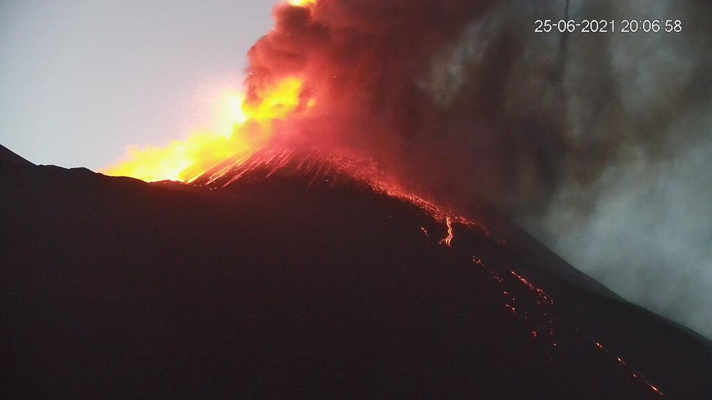 Last evening's lava fountain at Etna's New SE crater (image: LAVE webcam)