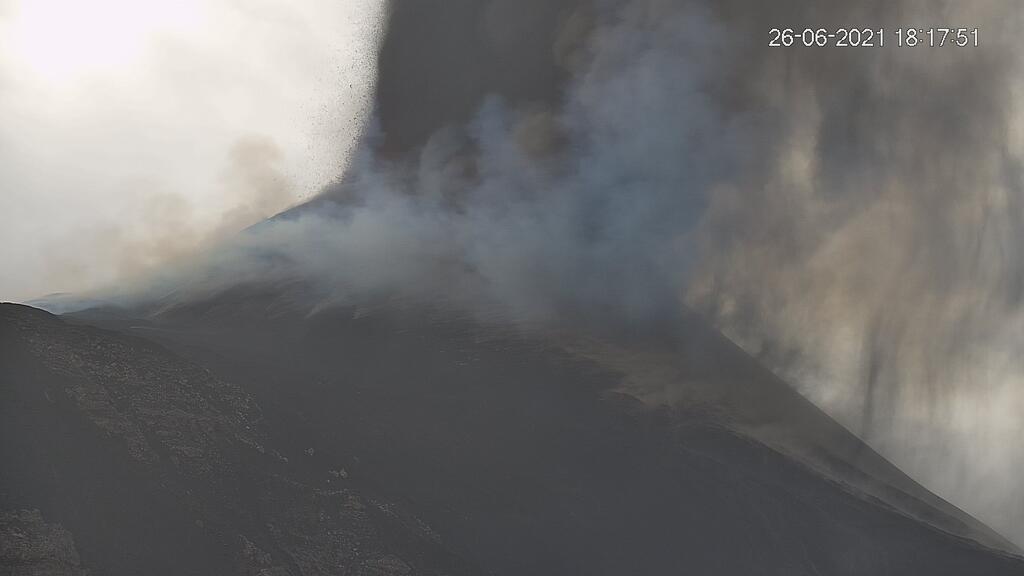 Yesterday's paroxysm at Etna (image: LAVE webcam)