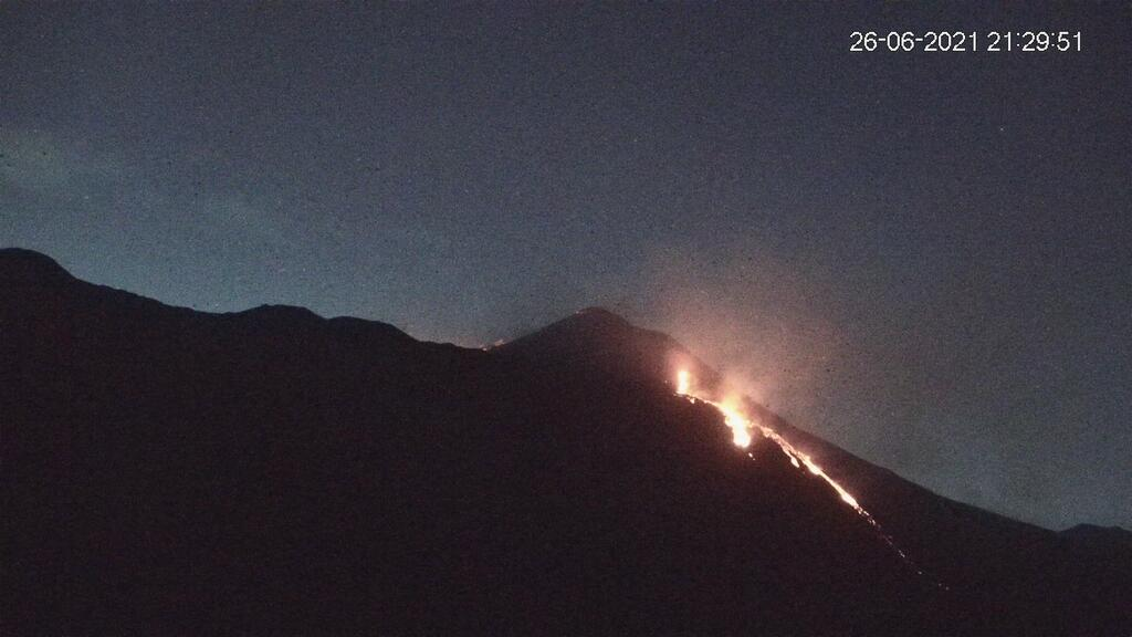 Continuing lava flows from the new eruptive fissure on the lower SE flank (image: LAVE webcam)