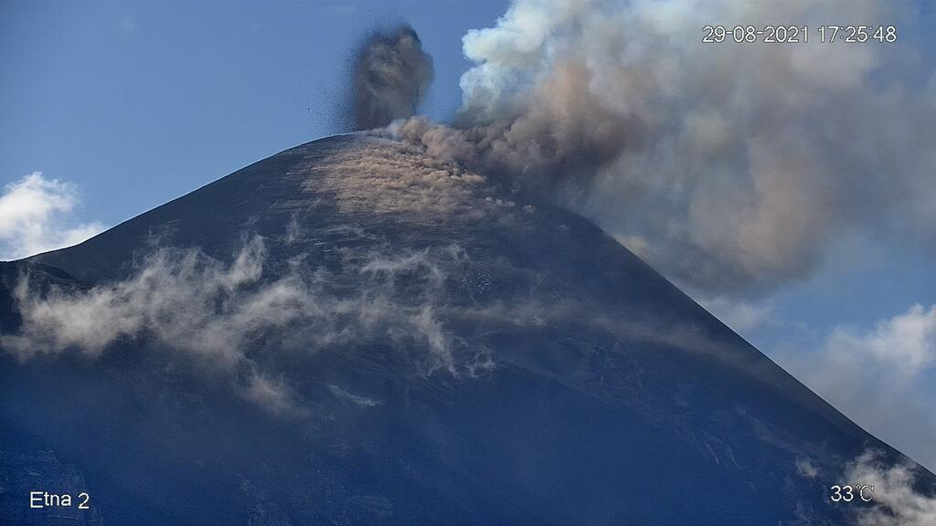 Strombolian eruption from the New SE crater of Etna (image: LAVE webcam)