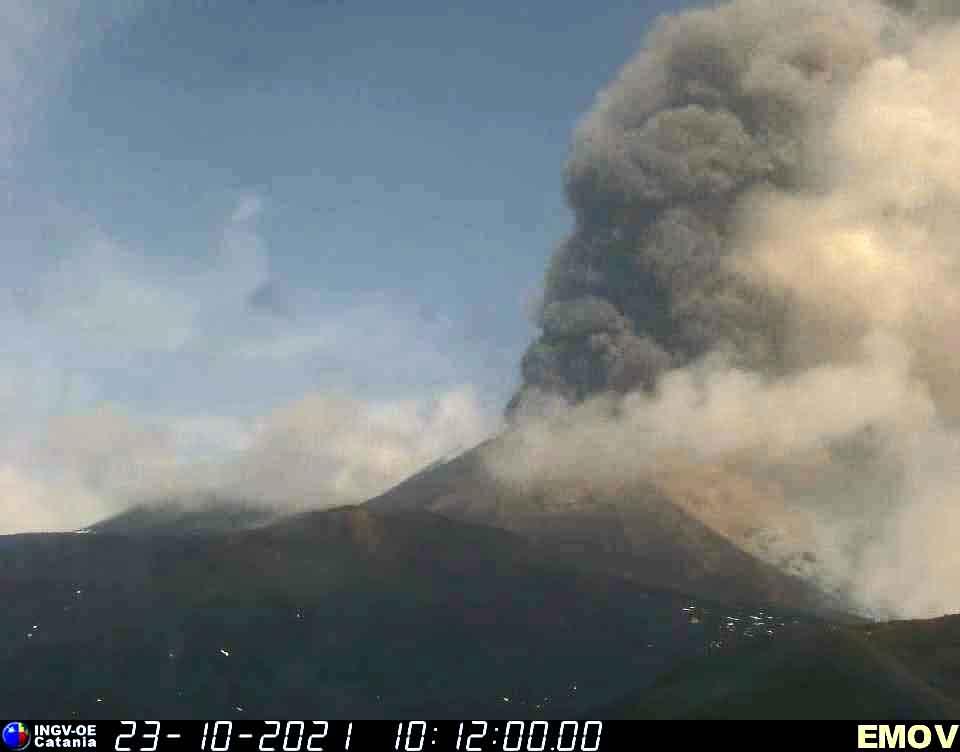 Etna volcano near the end of this morning's paroxysm (image: Montagnola webcam of INGV Catania)
