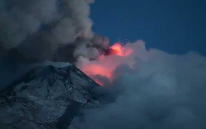 Etna's paroxysm this morning (image: Turi Caggegi / youtube)