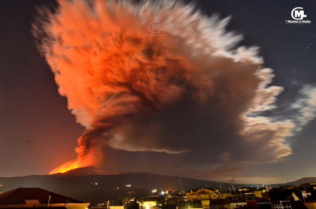 The eruption seen from Linguaglosso on the NE (image: Massimo Lo Giudice / facebook)