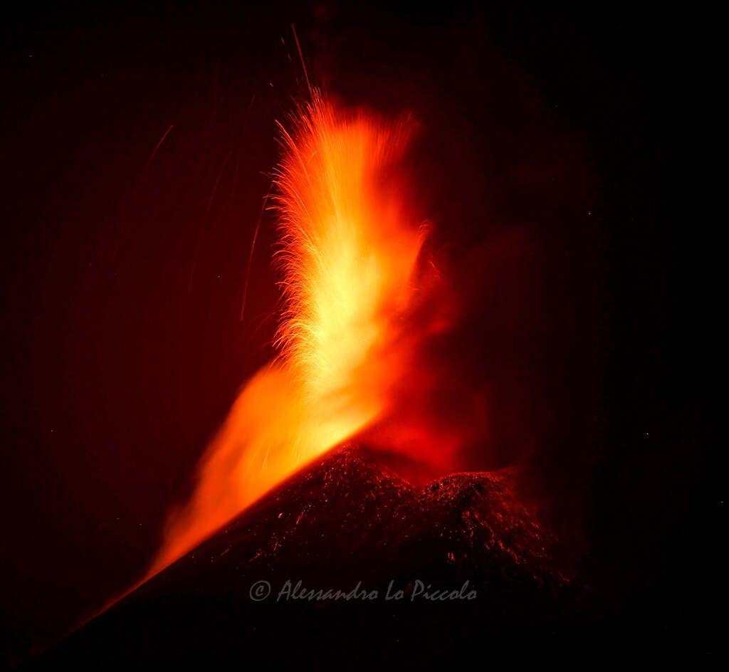 Etna's lava fountain on 24 May 2021 night (image: Alessandro Lo Piccolo / facebook)