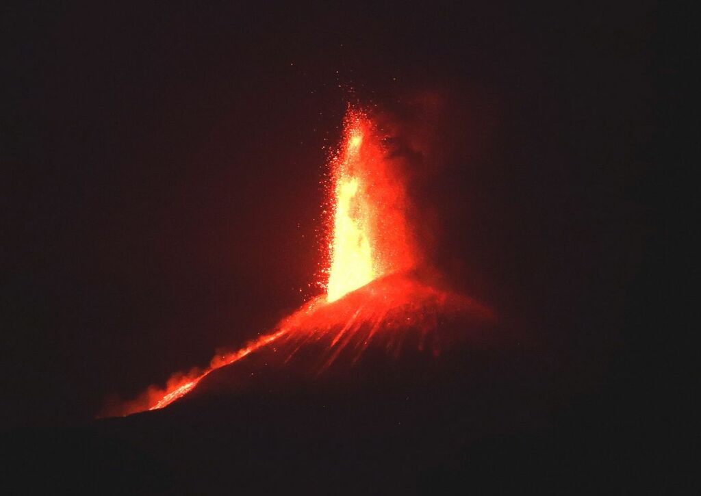 Lava fountain from the saddle vent of the New SE crater on the evening of 28 May 21 (image: INGVulcani / facebook)