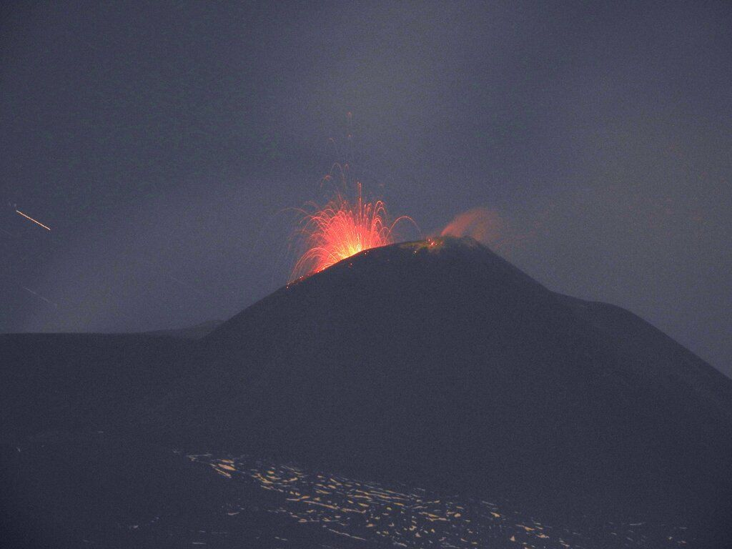 Strombolian activity at Etna volcano this morning as seen from Tremestieri (image: Boris Behncke)