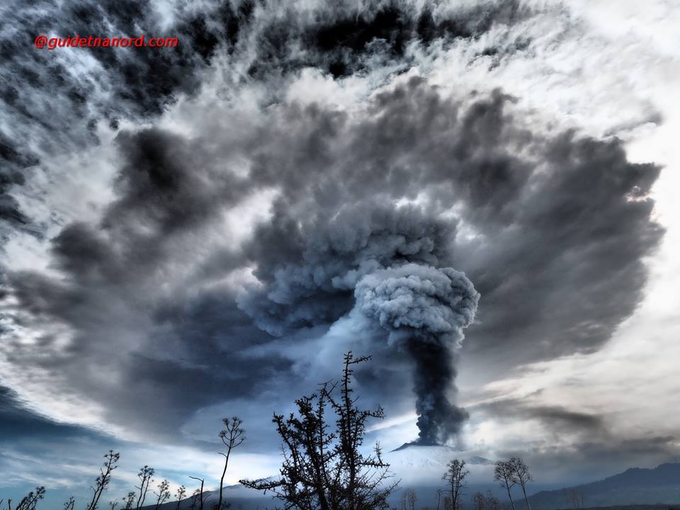 Etna's ash plume seen from the north (image: Gruppo Guide Etna Nord)