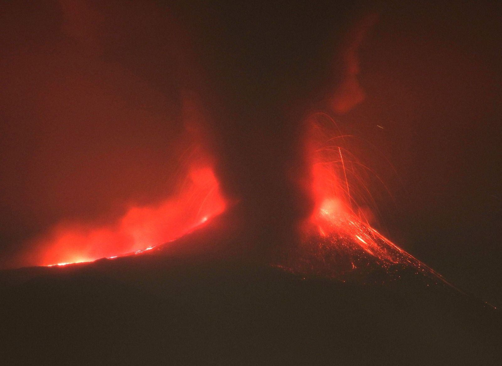 Lava fountain from Etna's New SE crater early this morning (image: INGVvulcani / facebook)