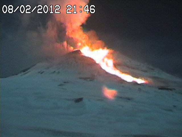 Webcam shot at the same time, a lava flow is flowing from the SE fissure, and quickly advancing.