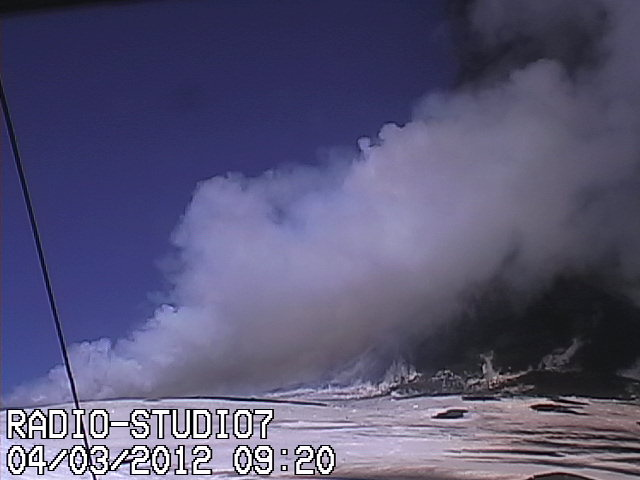 Shortly after, the plume has mostly dissipated, but it does look as if the event was a pyroclastic flow that has reached considerable distance to the SW, where now a weaker steam plume rises. Field work and observations from closer location will probably better explain this soon