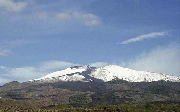 L'Etna avec des noires coulées de lave récentes