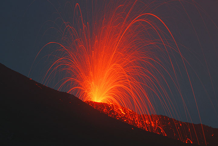 Strombolian eruption from the 2900 m vent near Etna's SE crater (July 2001 flank eruption).